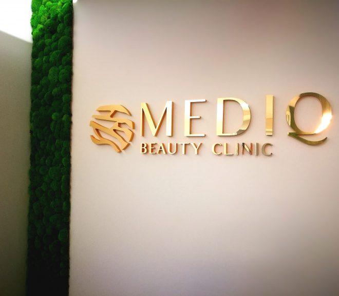 Klinika estetyczna MEDIQ  ściana z mchu poduszkowego