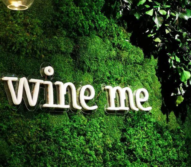 Wine me – zielona ściana z bluszczem